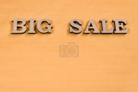 Photo pour Vente de gros mot abstrait des lettres en bois, texture de soie jaune - image libre de droit