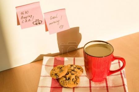 Photo pour Sticker Bonjour, achat de voiture sur la table à la maison. Fond - nappe avec une tasse de café et biscuits - image libre de droit