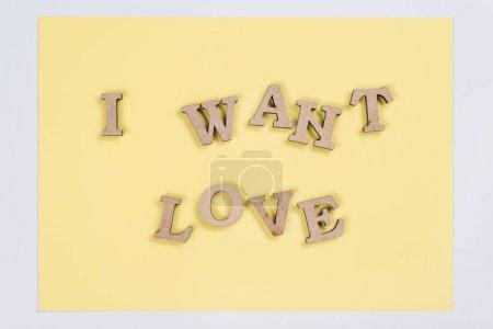 Photo pour Parole je veux amour en arrière-plan abstraite lettres en bois, jaune. - image libre de droit