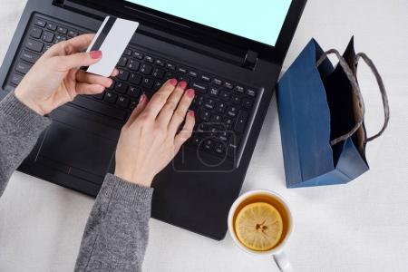 Photo pour Femme, faire du shopping en ligne avec une carte de crédit - image libre de droit