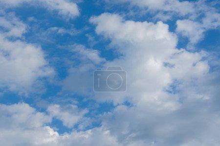 Photo pour Nuages blancs contre le ciel bleu, beau ciel bleu avec fond de nuages . - image libre de droit