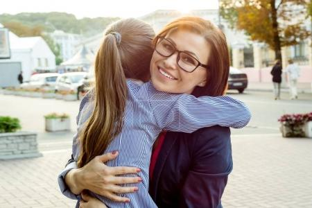 Photo pour Belle mère et sa fille sont étreintes et souriant. - image libre de droit