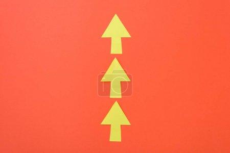Photo pour Flèches uniquement vers l'avenir. Trois flèches dans une seule direction. Fond orange et flèches jaunes vives - image libre de droit