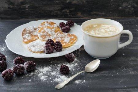Foto de American sabrosos crepes con moras, azúcar en polvo, café con malvavisco. Vista superior - Imagen libre de derechos