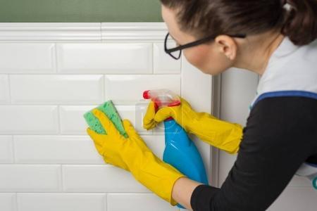 Photo pour Service de nettoyage professionnel. Murs propres dans les toilettes. - image libre de droit