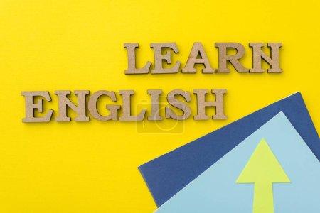 Photo pour Apprendre l'anglais, les mots en lettres en bois avec fond jaune. - image libre de droit