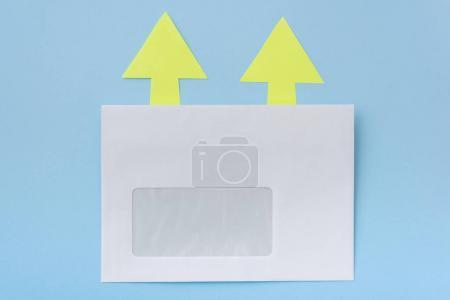 Photo pour Enveloppe blanche avec des flèches à l'arrière-plan d'une seule direction, bleu. - image libre de droit