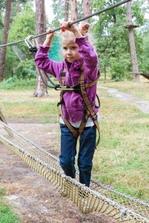 Photo pour Fillettes dans aventure escalade fil haut parc, style de vie actif des enfants - image libre de droit