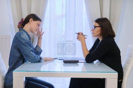 Photo pour Santé mentale de l'adolescence, adolescente parlant avec un psychologue conseiller de ses sentiments - image libre de droit