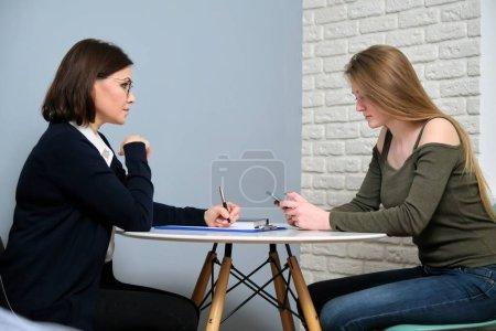 Photo pour Thérapie psychologique, séance de psychothérapie chez un psychologue professionnel médecin au bureau. Jeune femme patiente parlant à un conseiller spécialisé, santé mentale, problèmes des jeunes - image libre de droit