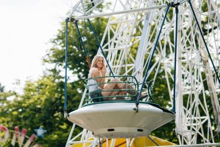 Foto de Mujer joven en Parque de atracciones - Imagen libre de derechos