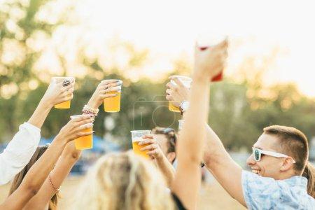 Photo pour Jeunes de grillage avec de la bière au festival de musique - image libre de droit