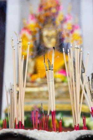 Photo pour Encens dans un pot à l'image de Bouddha. Foi, foi, bénédictions, fortune dans le bouddhisme . - image libre de droit