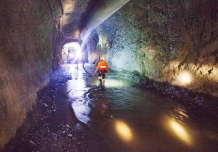 Photo pour Travaux de construction de tunnels miniers avec projecteurs et machines . - image libre de droit