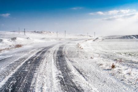 Photo pour Blizzard sur la route gelée - image libre de droit
