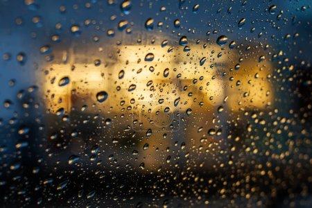 Photo pour Gouttes d'eau sur le verre et la lumière de nuit - image libre de droit