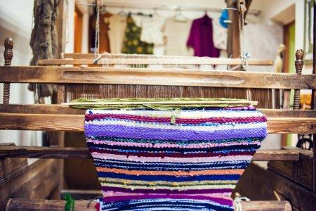 Photo pour Métier à tisser avec fil fait maison - image libre de droit