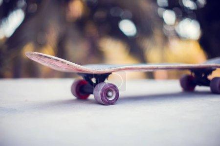 Photo pour Une planche à roulettes sur le sol au skatepark - image libre de droit