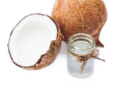 Photo pour Lait de coco et de coco isolé sur blanc - image libre de droit
