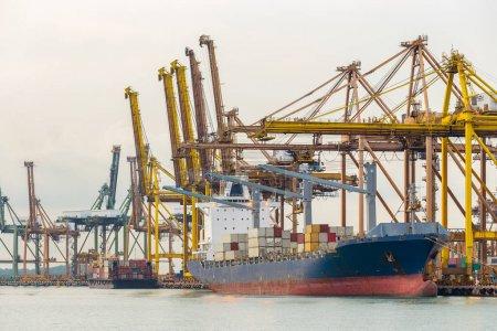 Photo pour Port industriel avec porte-conteneurs - image libre de droit