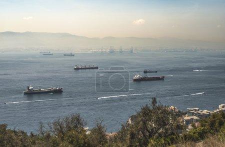 Photo pour Vue de Gibraltar. Le rocher et les navires - image libre de droit