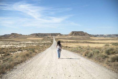 Femme avec un Jean marche