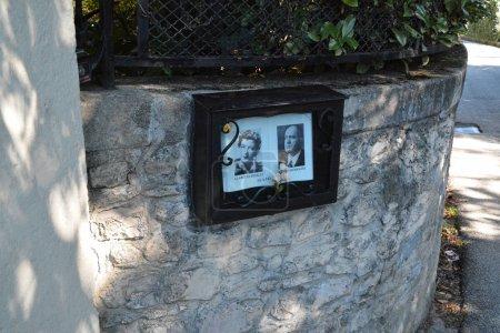 Photo pour Photos de Benito Mussolini et Claretta Petacci près de la porte de Villa Belmonte, le manoir où le Duce et son amant ont été assassinés (selon la version officielle) le 28 avril 1945, à Giulino di Mezzegra, Côme, Italie. Photo prise le 7 / 10 / 15 . - image libre de droit