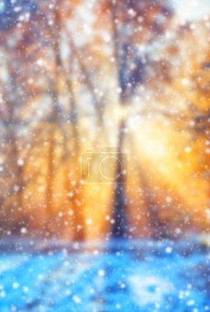 Photo pour Fond d'hiver flou abstrait avec des flocons de neige tombants - image libre de droit