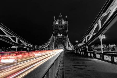 Photo pour Tower Bridge à Londres en noir et blanc, Royaume-Uni la nuit avec des lumières de voiture de couleur floue. L'un des bâtiments historiques les plus célèbres d'Angleterre - image libre de droit