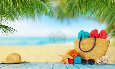 Foto de Playa tropical con accesorios para tomar el sol colocado en planchas de madera azul, Fondo de vacaciones de verano. Viajes, vacaciones de playa, espacio libre para texto. - Imagen libre de derechos
