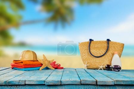 Photo pour Plage tropicale avec accessoires de bain de soleil placés sur des planches de bois bleu, fond de vacances d'été. Voyages et vacances à la plage, espace libre pour le texte . - image libre de droit