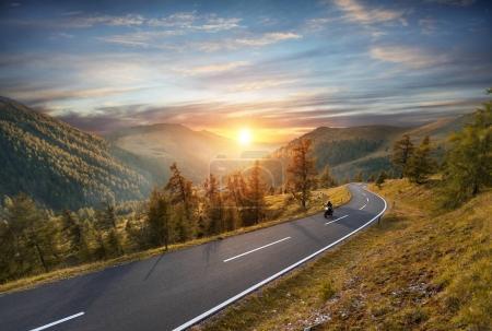 Photo pour Pilote de moto sur autoroute alpine, Nockalmstrasse, Autriche, Europe. Photographie de plein air, paysage de montagne. Photographie de voyage et de sport. Concept de vitesse et de liberté - image libre de droit