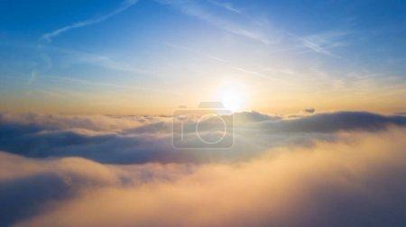 Beau coucher de soleil au-dessus des nuages