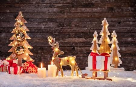 Photo pour Fond de Noël avec orignal illuminé et arbre de Noël. Fond en bois foncé avec espace libre pour le texte. Célébration de Noël - image libre de droit
