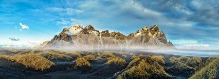 Photo pour Chaîne de montagnes de Vestrahorn Stockknes, Islande. Un du plus beau patrimoine nature célèbre en Islande. - image libre de droit