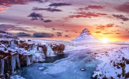 Photo pour Kirkjufell montagne avec des chutes d'eau gelée en hiver, Islande. L'un des célèbres patrimoines naturels d'Islande . - image libre de droit