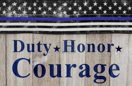 Photo pour Message de devoir honneur et Courage, du pavillon Usa mince ligne bleue sur un fond de bois patiné avec texte devoir honneur Courage - image libre de droit