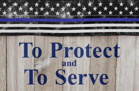 Photo pour Pour protéger et servir de message, Usa mince ligne bleue drapeau sur un fond de bois patiné avec texte pour protéger et servir - image libre de droit