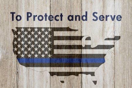 Photo pour Pour protéger et servir de message, Usa mince ligne bleue drapeau sur une carte sur un fond de bois patiné avec texte pour protéger et servir - image libre de droit