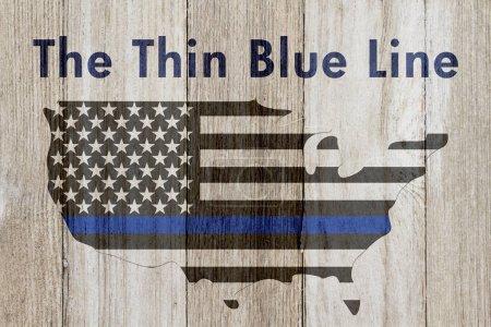 Photo pour Le message de la mince ligne bleue, drapeau bleu fine Usa sur une carte sur un fond de bois patiné avec texte The Thin Blue Line - image libre de droit