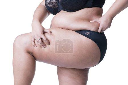 Photo pour Plus le modèle de taille en lingerie noire, corps de la femme en surpoids, graisse femme cuisses épaisses posant isolée sur fond blanc - image libre de droit