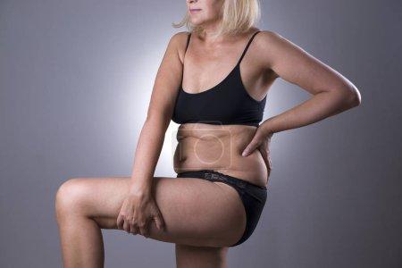 Photo pour Femme en lingerie noire, excès de poids des corps de femmes vieillissant, sur fond gris studio - image libre de droit