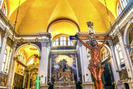 Photo pour Venise, Italie - 22 septembre 2017 gondole Gondolier Grand Canal Santa Maria della Salute église basilique dôme Venise Italie. A concouru en 1681 en raison de la flambée de 1630 de peste, qui a éliminé 1/3 de la population de Venise. - image libre de droit