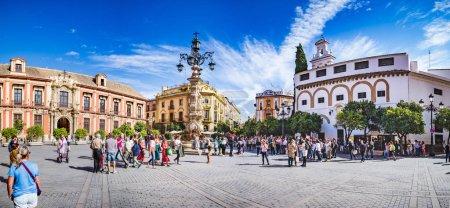 Photo pour Séville, Espagne - Vers octobre 2019 : la Plaza Virgen de los Reyes de la ville de Séville en Andalousie, Espagne - image libre de droit
