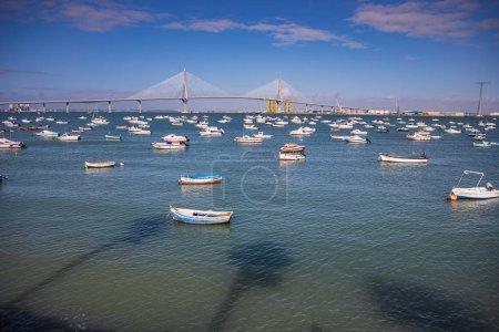 Photo pour Cadix, Espagne - Vers novembre 2019 : le pont de la Puente de la Constitucion de 1812 de Cadix en Andalousie, Espagne - image libre de droit