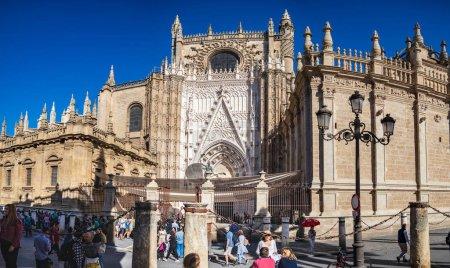 Photo pour Séville, Espagne - Vers octobre 2019 : la Catedral de Sevilla et la Plaza del Triunfo de Séville en Andalousie, Espagne - image libre de droit