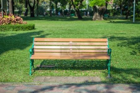 Photo pour Banc dans le jardin parc sur herbe verte - image libre de droit