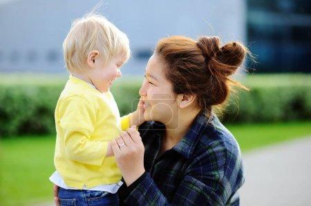 Photo pour Jeunes épris de femmes asiatiques avec garçon mignon bébé caucasien. Concept de garde d'enfants - image libre de droit