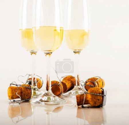 Photo pour Champagne luxueux dans un verre, façon festive de célébrer une nouvelle année ou des événements importants, pain grillé avec du vin mousseux, bulles - image libre de droit