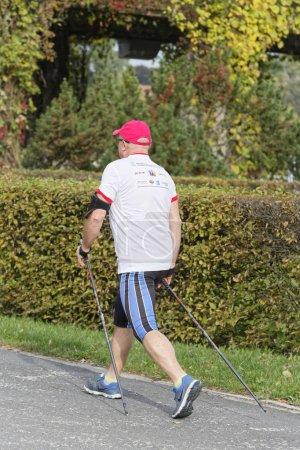 Photo pour Gens du fitness cours de nordic walking dans la nature - image libre de droit